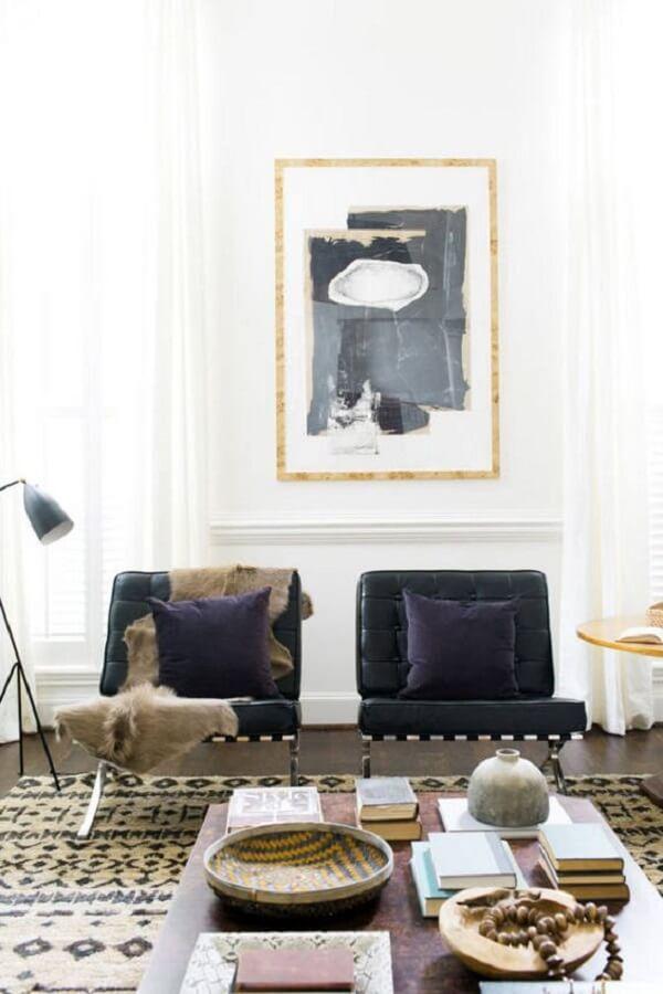 As almofadas sobre a poltrona barcelona preta trazem um toque especial para a peça