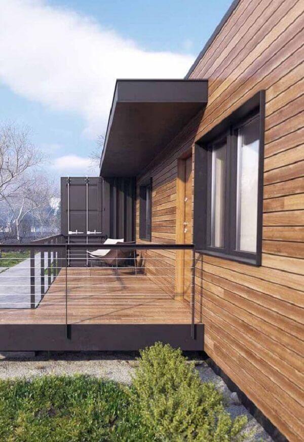 As cores de casas de madeira se conectam muito bem com a paisagem do terreno