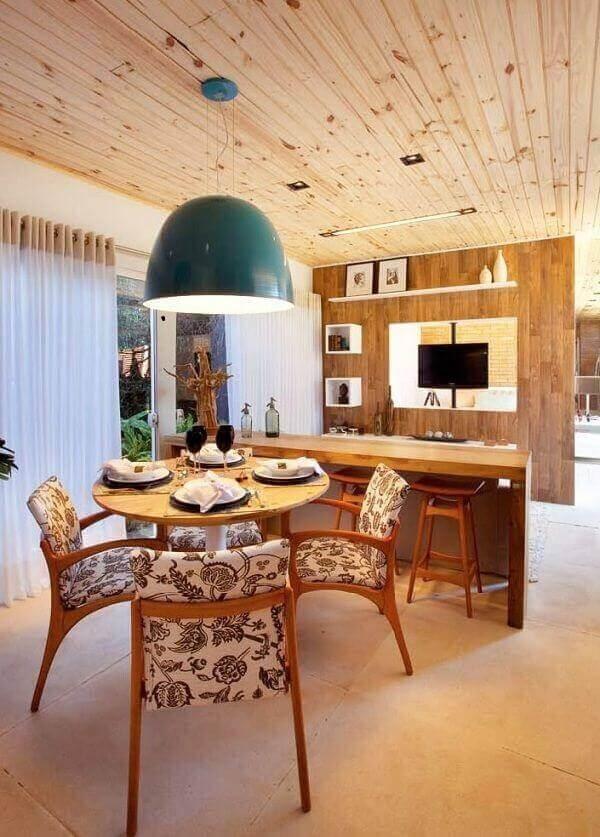 As cores de madeira do pinus natural trazem conforto para a decoração desse ambiente