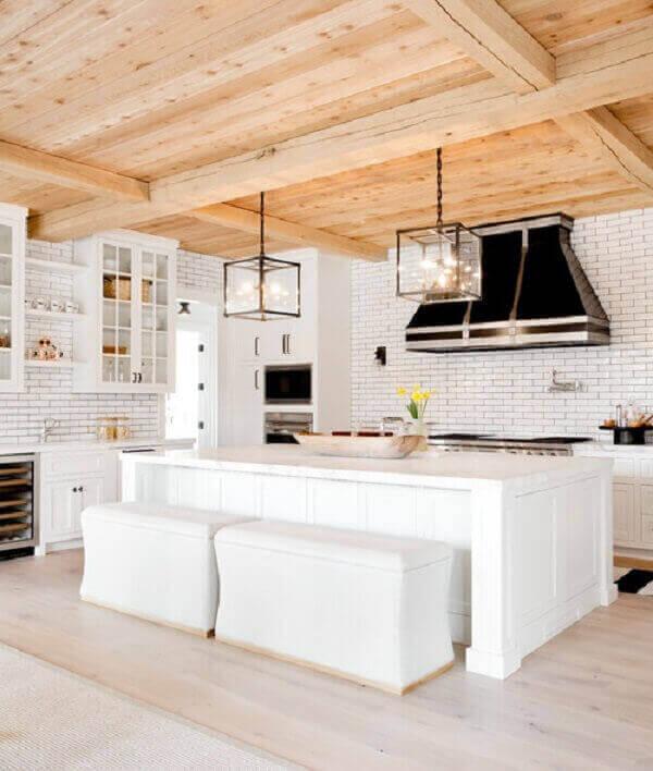 As cores de madeira do pinus quebram a neutralidade do branco da cozinha