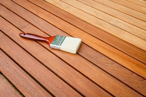 As diferentes cores de verniz para madeira ajudam a preservar sua superfície