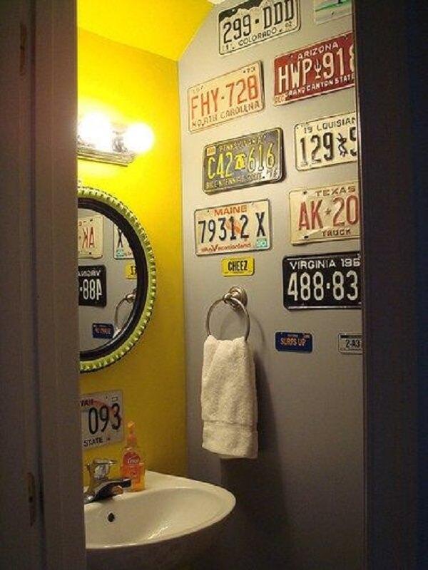 As placas decorativas deixam a decoração do banheiro ainda mais divertida e colorida