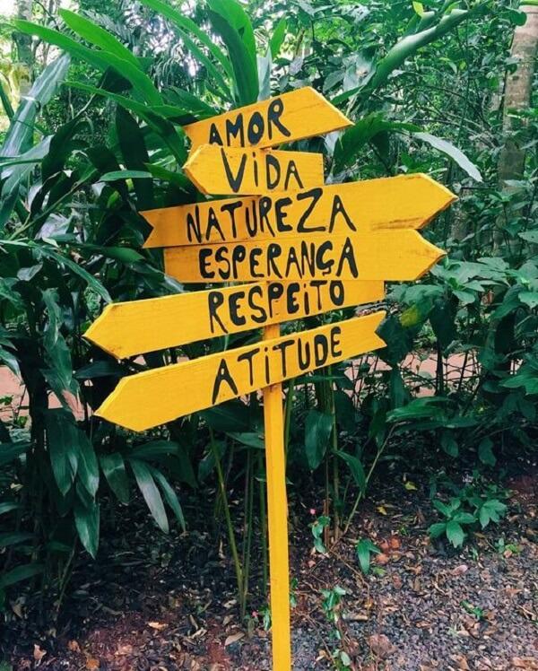 As placas decorativas para jardim em tom amarelo se destacam na área externa