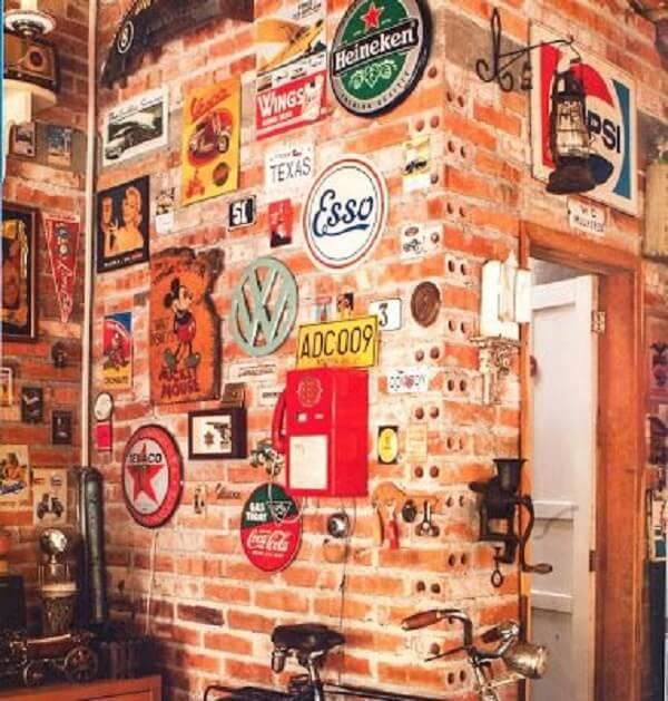 As placas decorativas preenchem toda a parede de tijolinho