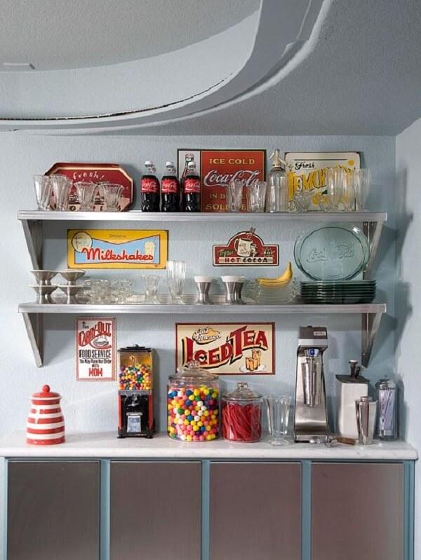 As placas decorativas vintage complementam com estilo a área com prateleiras