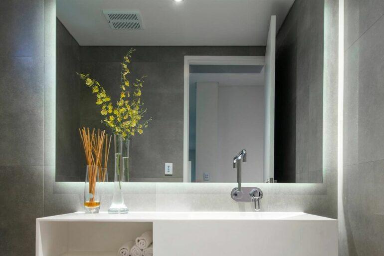 Banheiro decorado com espelho com led