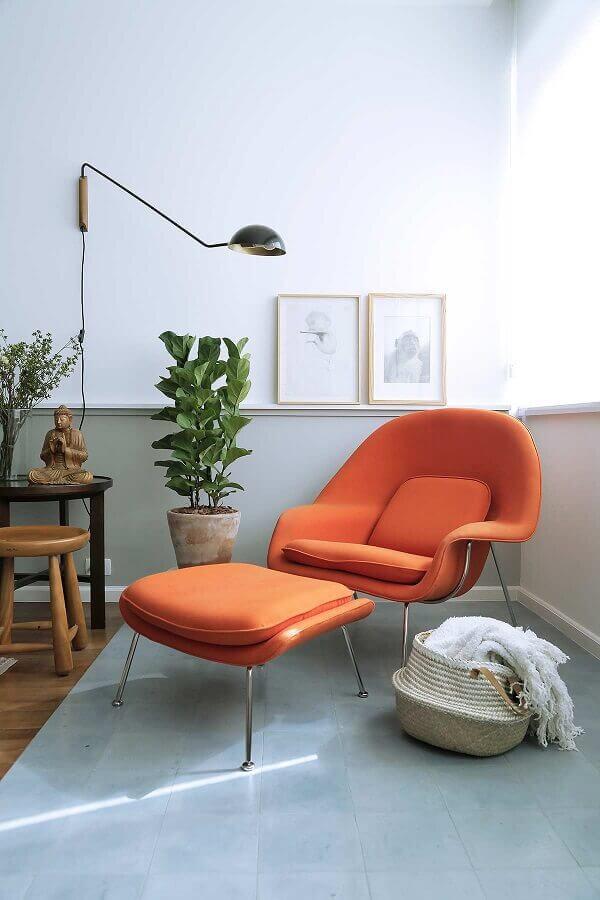 Cantinho de descanso decorado com poltrona confortável para leitura laranja Foto Casa de Valentina