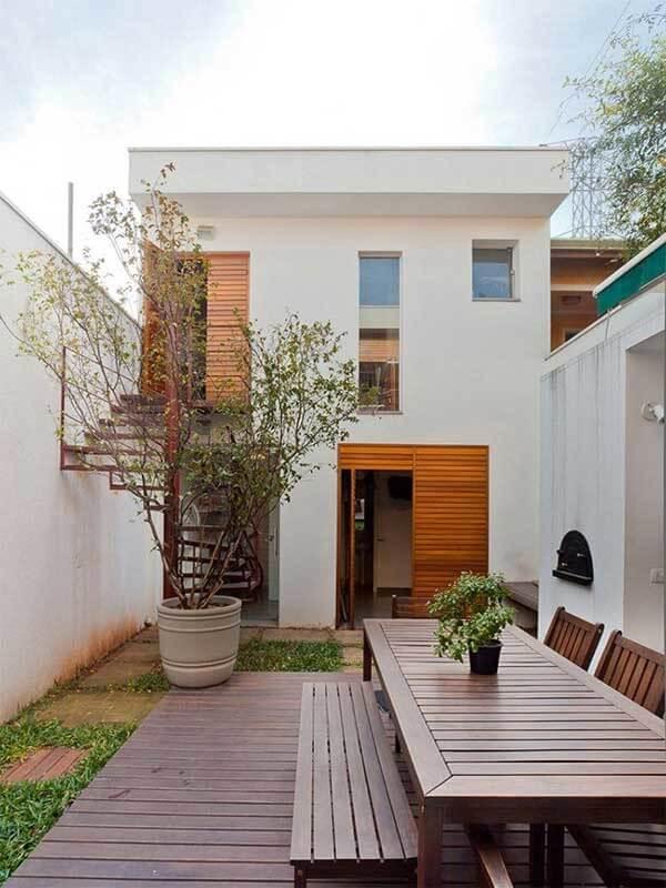 Casa sobrado com quintal simples nos fundos