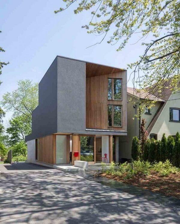 Casa sobrado onde a fachada do piso superior tem um formato geométrico diferenciado