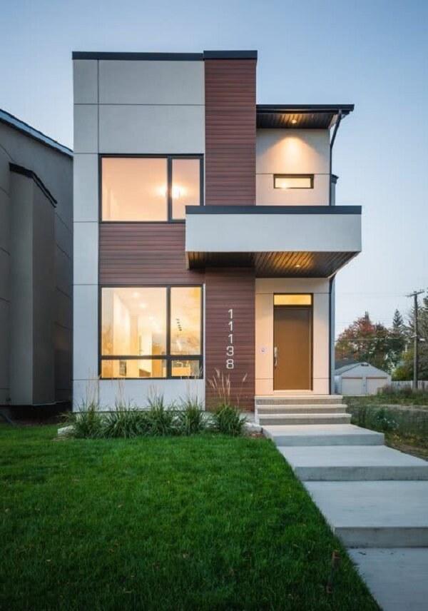 Casa sobrado pequena com área coberta na porta de entrada