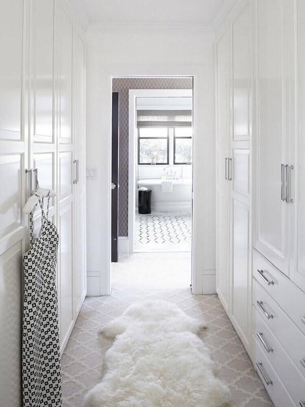 Closet com decoração clean e tapete shapyy branco