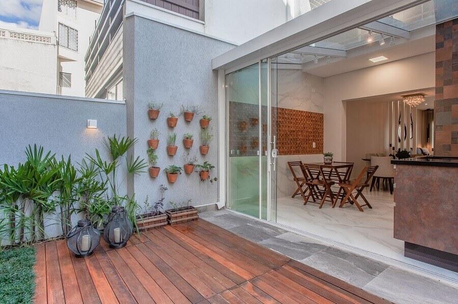 Deck de madeira para varanda gourmet com jardim vertical Foto habitissimo