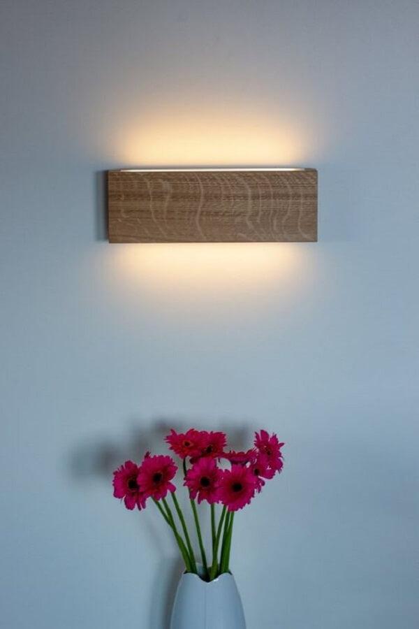 Decoração aconchegante com arandela rústica de madeira