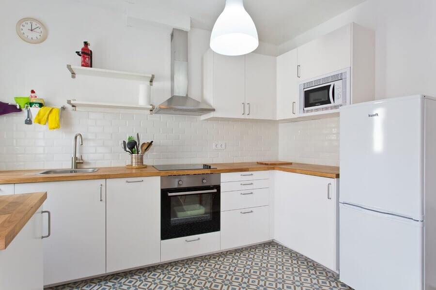 Decoração de cozinha toda branca com bancada de madeira Foto habitissimo