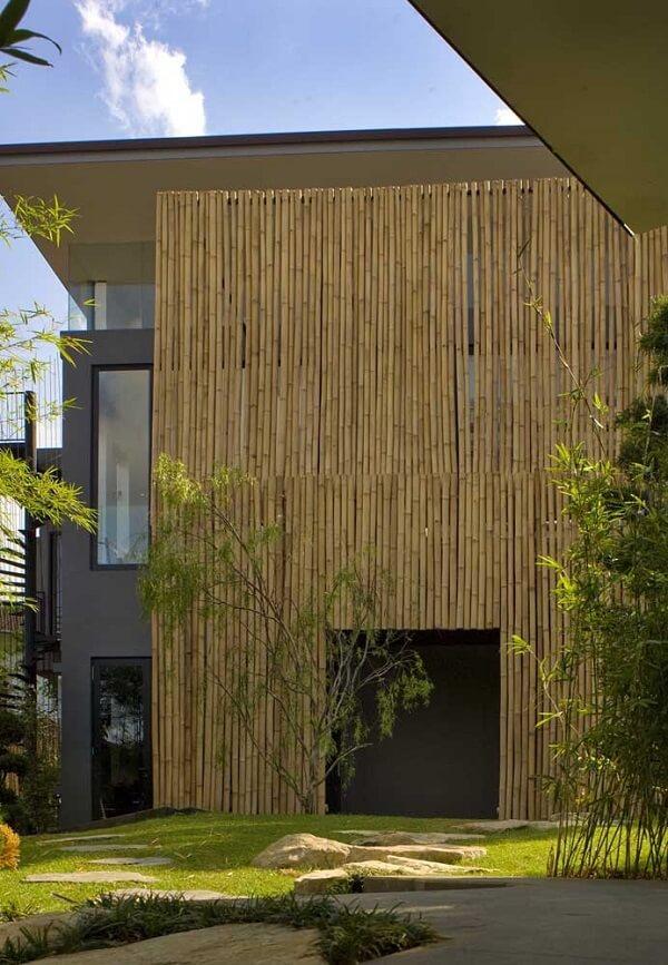 Decoração de muro externo com filetes de bambu