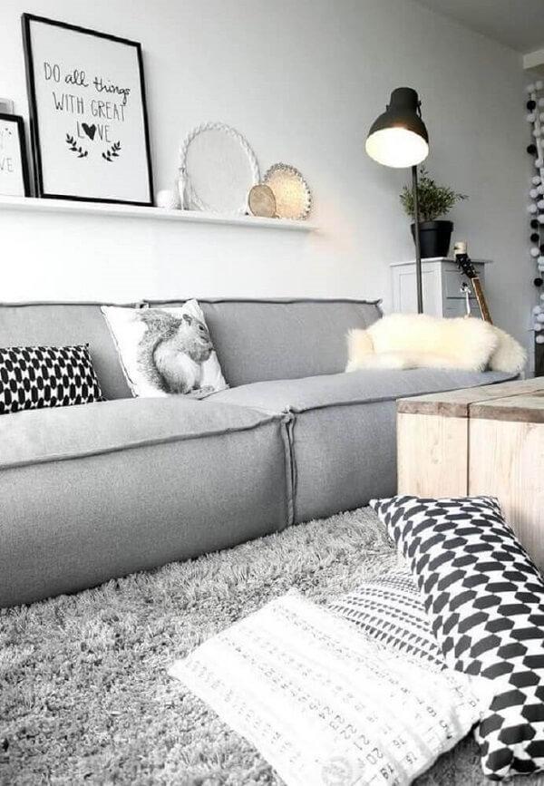 Decoração moderna para sala com sofá modular e tapete shaggy cinza