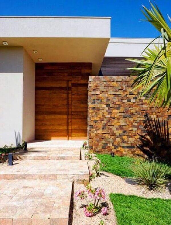 Decoração para muro externo feita com pedra ferro