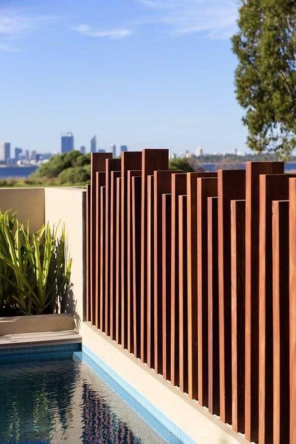 Decoração para muro moderna feita com madeira