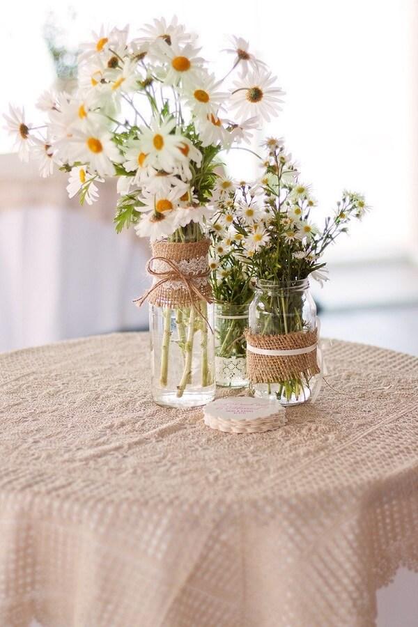 Decore o centro da mesa dos convidados com um lindo vaso de margarida