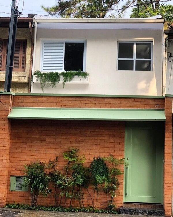 Destaque elementos com diferentes tonalidades na fachada de casas sobrado