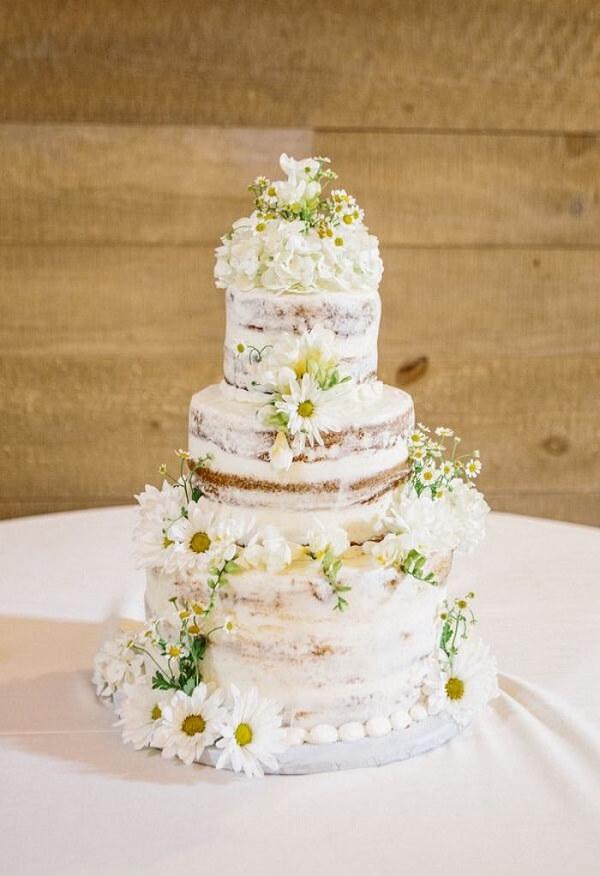 Diferentes tipos de margaridas podem ser usadas na decoração do bolo