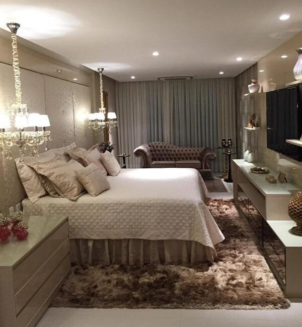 Dormitório elegante com tapete shaggy marrom