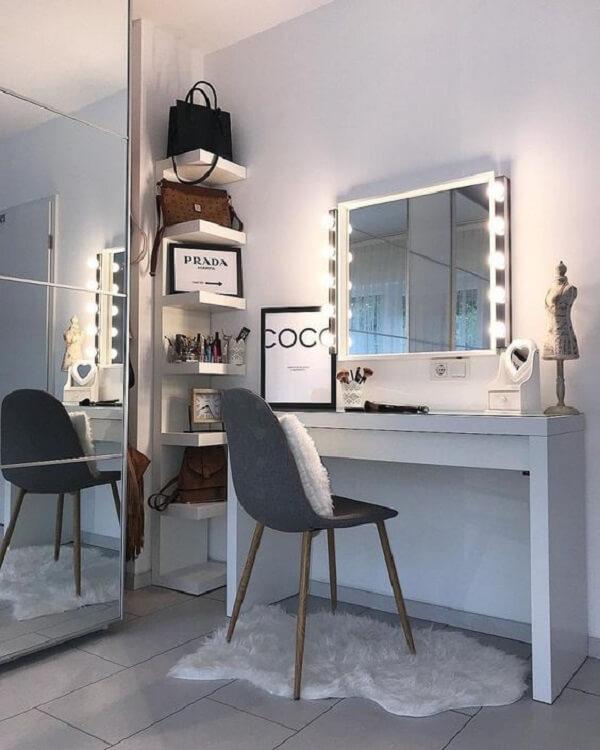 Espelho com led fixado na parede auxilia os usuários da penteadeira