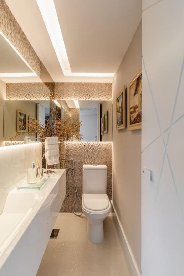 Espelho de banheiro com led dá a sensação de amplitude no espaço