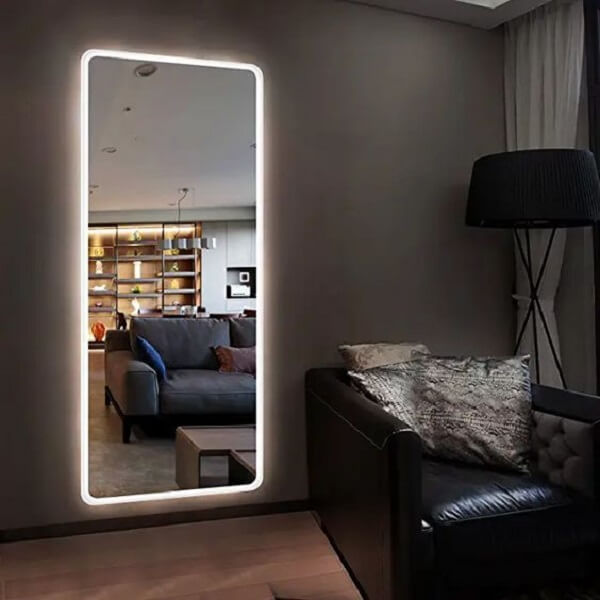 Esse espelho grande com led permite que a pessoa se veja por completo