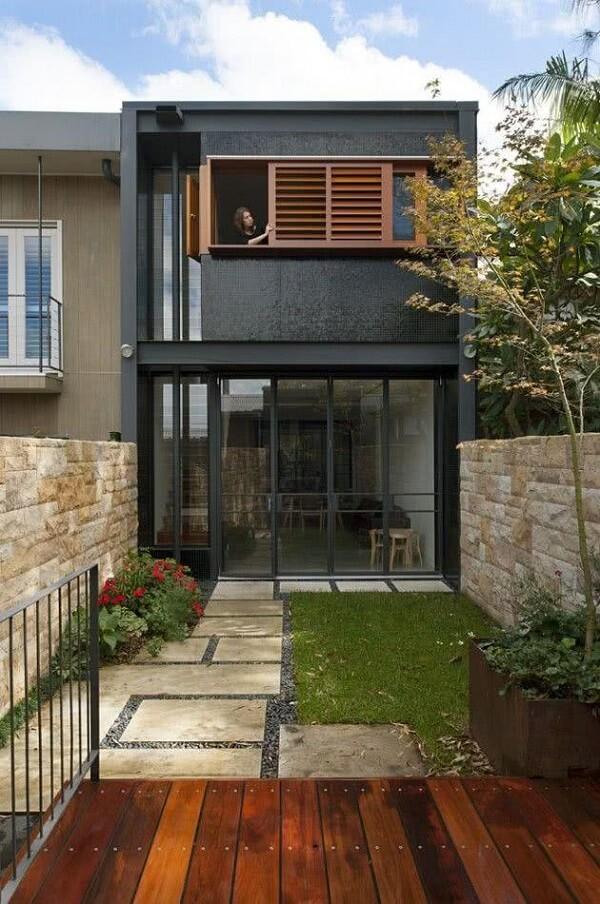 Fachada de casa sobrado com revestimento preto