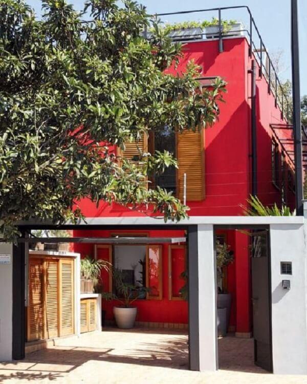 Fachada de casas sobrado com cor vívida em tom vermelho