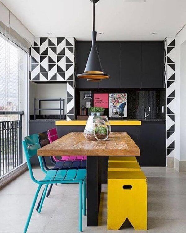 Móveis coloridas e placas decorativas deixam o ambiente ainda mais alegre