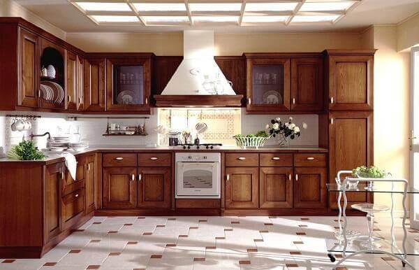 Modelo de armário de cozinha cor de madeira com design planejado