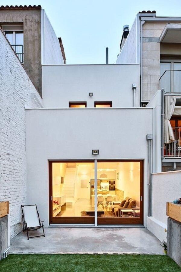 Modelo de casa sobrado com fachada branca