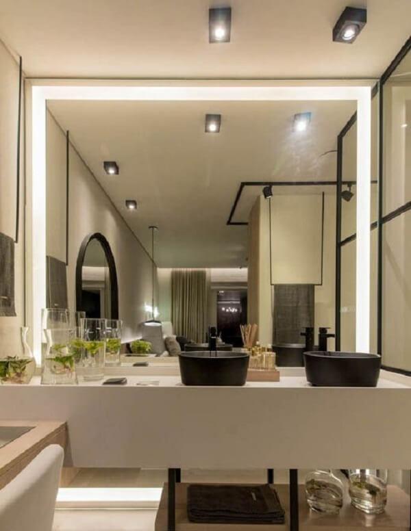 Modelo de espelho de parede com led fixado no banheiro