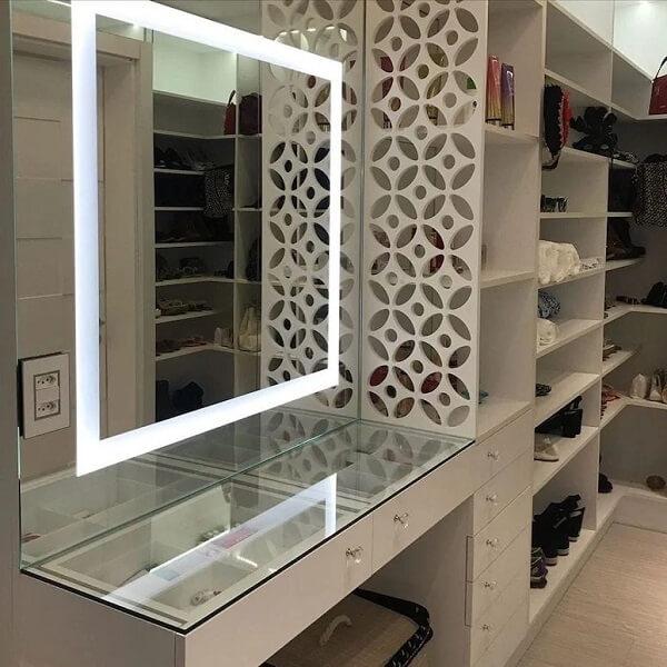 Modelo de espelho quadrado com led instalado no closet