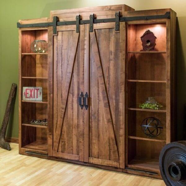 Modelo de guarda-roupa cor madeira com nichos laterais