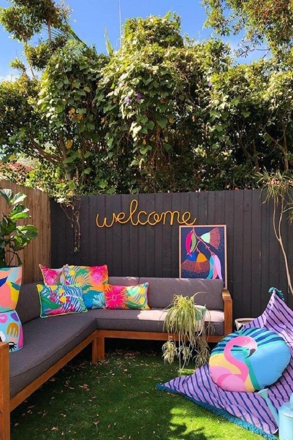 Muro de quintal decorado com palavra convidativa