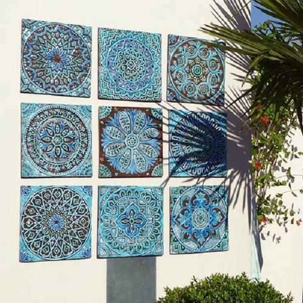 Muros decorados com azulejos coloridos