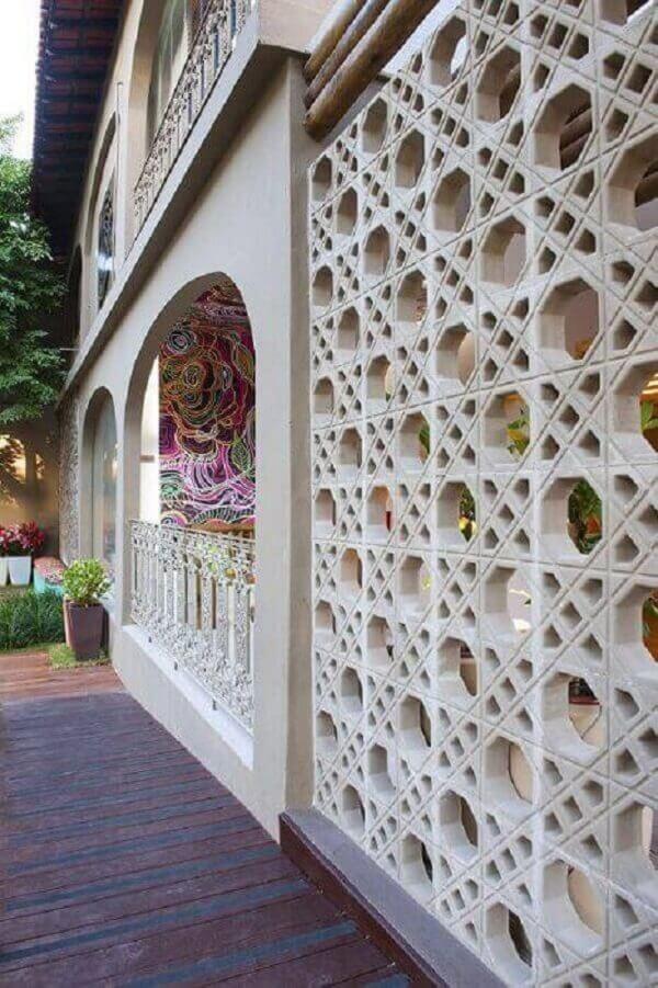 Muros decorados com cobogó de concreto são uma garantia de uma fachada moderna