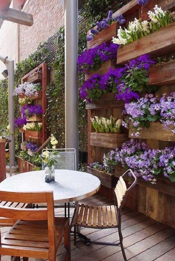 Muros decorados com floreiras de madeira