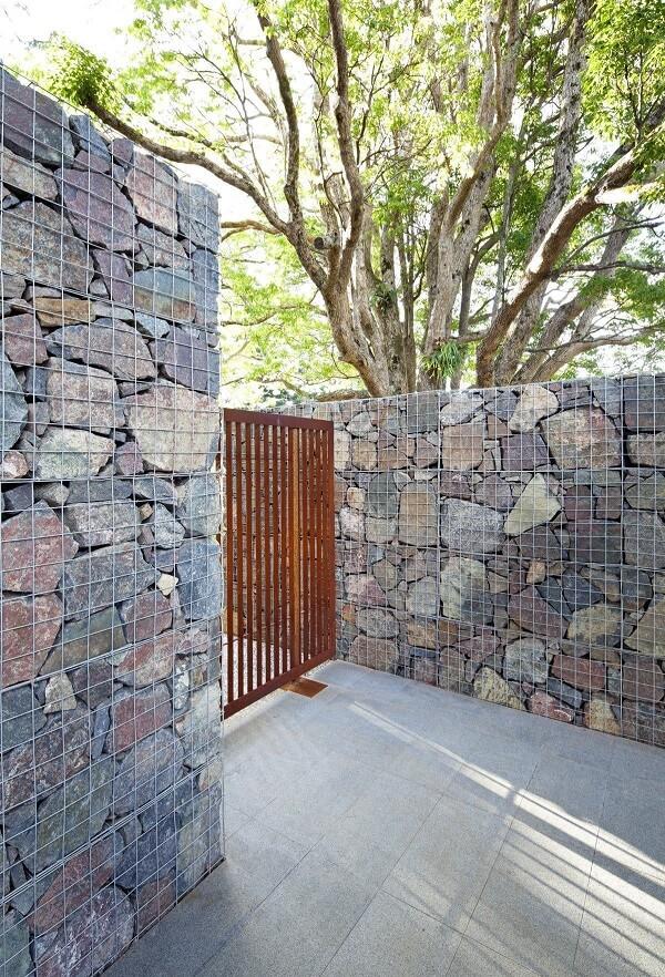 Muros decorados com gabião são ótimos para compor a fachada externa