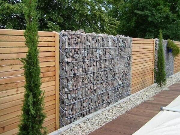 Muros decorados com madeira e gabião