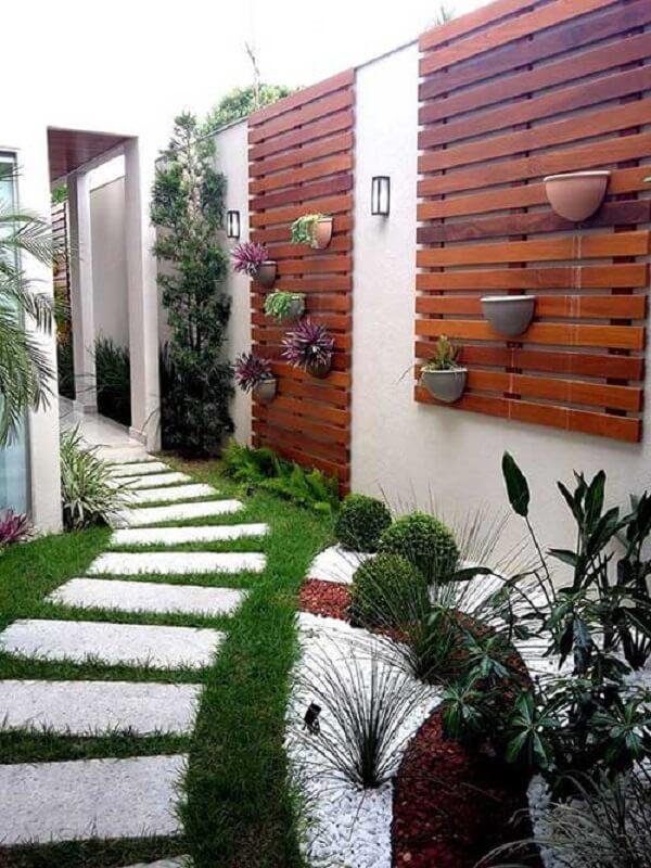 Muros decorados com painéis em madeira e plantas