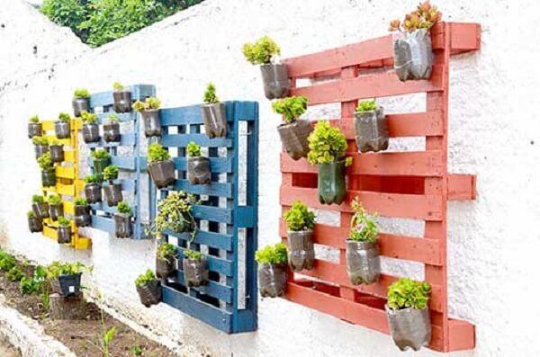 Muros decorados com pallet e plantas