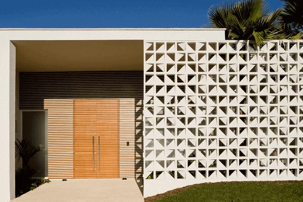 Muros decorados que permitem a passagem de luz natural