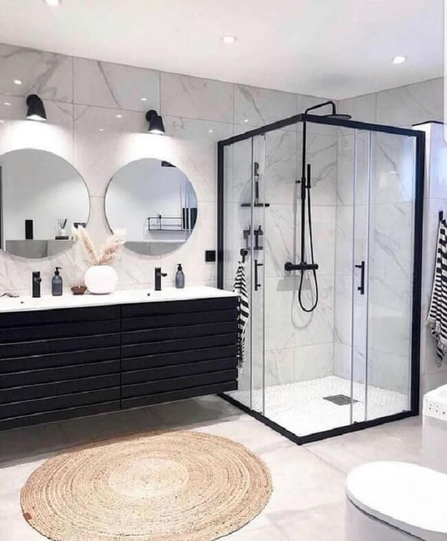 No banheiro a dupla preto e branco pode ganhar um status mais marcante