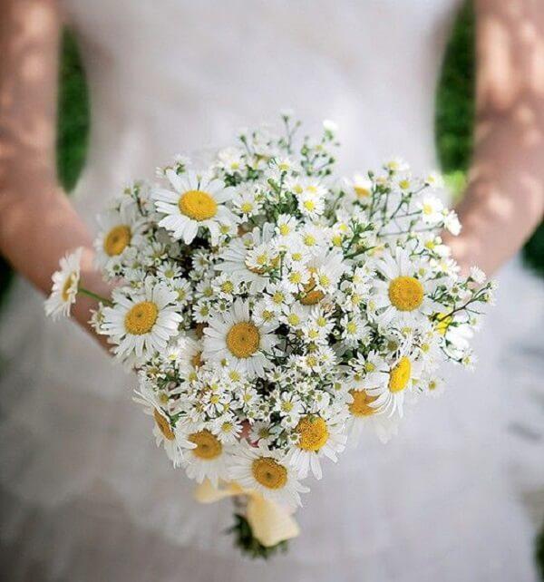 O buquê de margaridas é perfeito para casamentos rústicos