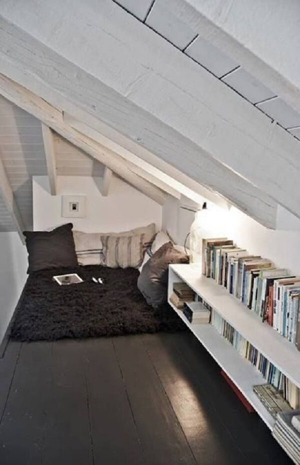 O cantinho da leitura fica ainda mais especial na presença do tapete shaggy preto