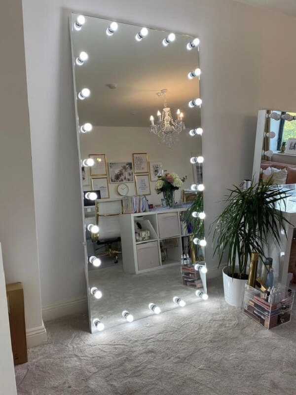 O espelho camarim com led de chão deixa o ambiente mais estiloso